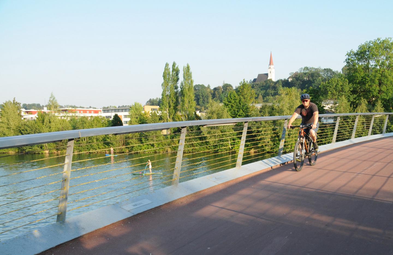 Radfahrer quert Brücke in der Radmodellregion Wels