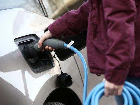 Elektromobilität fördern: Elektroauto wird geladen.