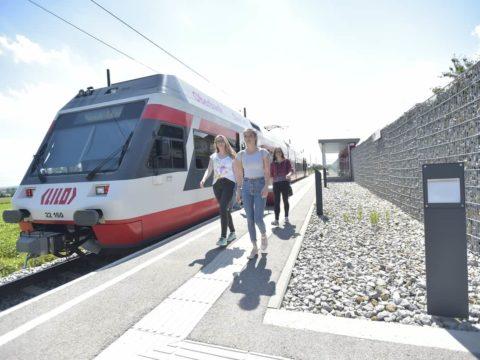 Die Privatbahn LILO wird von zahlreichen Fahrgästen genutzt. Junge Fahrgäste steigen am Bahnhof aus.