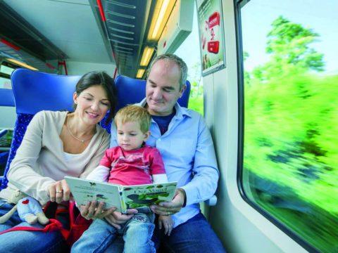Kooperation OÖVV mit OÖ Tourismus: Komfortables Reisen für Familien in den Öffis. Familie im Zug.