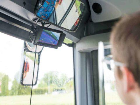 Abbiegeassistent für Regionalbusse: Busfahrer hat mit dem kamerabasierten Erkennungssystem alles genau im Blick.