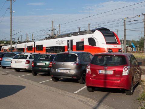 Park & Drive Anlage am Bahnhof. Autos parken am Bahnhof.