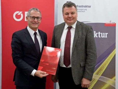 ÖBB-Regionalmanager OÖ Dr. Paul Sonnleitner und Landesrat Mag. Günther Steinkellner zum europaweiten Fahrplanwechsel