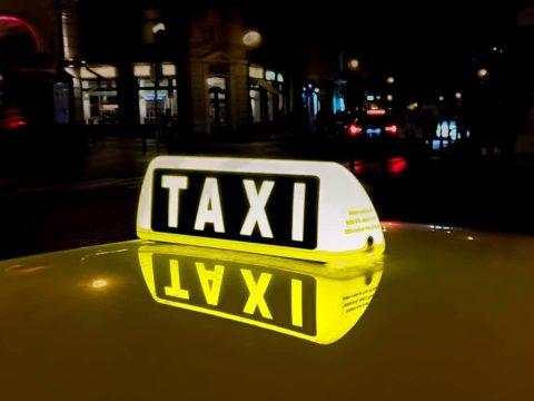 Nächtliches Jugendtaxi: Taxischild