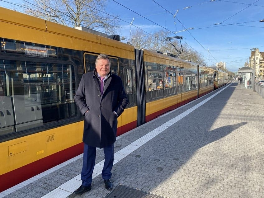Infrastruktur-Landesrat Mag. Günther Steinkellner vor neuem TramTrain