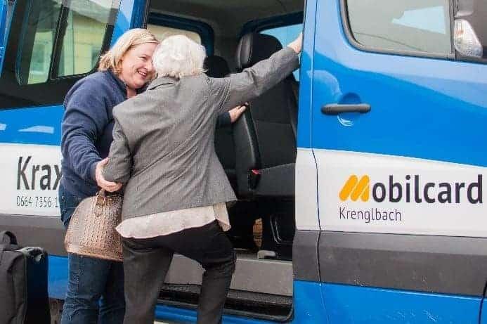 Neuer Förder-Leitfaden für Mikro-ÖV: Der Ortsbus Kraxi bringt ältere Dame sicher ans Ziel.