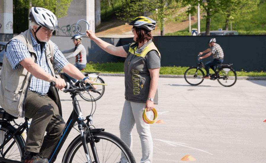 Kurse für E-Bike-Sicherheit mit Seniorinnen und Senioren.