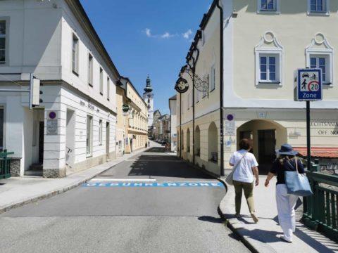 Fußgängerinnen und Fußgänger schlendern durch die Straßen